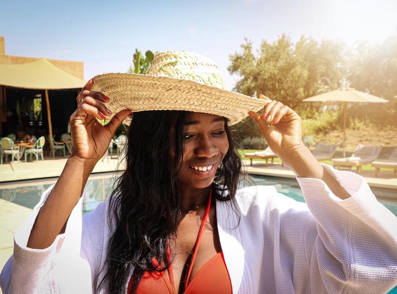 Se détendre à la plage avec un bikini africain